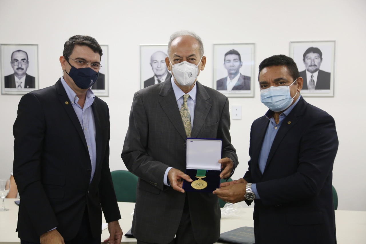 Secretário Inácio e professor Militão recebem Comenda da Ordem do Mérito Veterinário